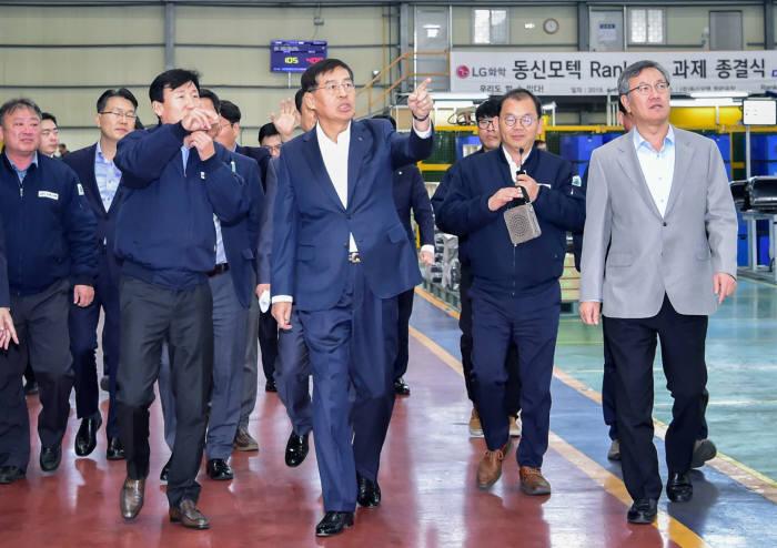 신학철 LG화학 부회장(오른쪽 세번째)이 15일 경남 함안에 위치한 협력회사 동신모텍을 방문했다. (사진=LG화학)