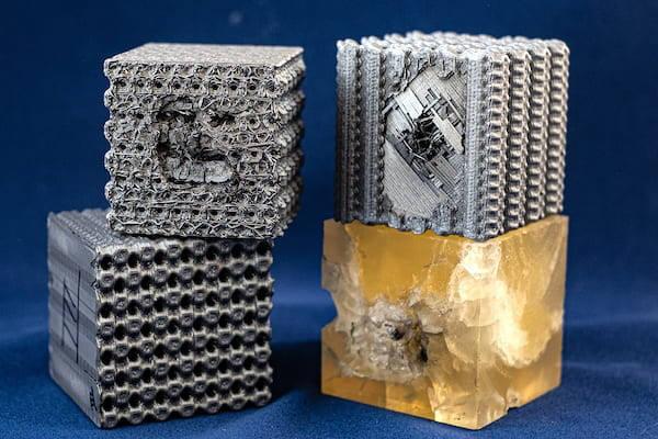 미국 라이스대 연구진이 3D프린팅 소재로 개발한 새로운 폴리머 소재. 초당 5.8㎞로 날아오는 총알에 우측 하단의 100% 폴리머 소재는 큐브 전체에 손상이 갔지만, 새로운 소재는 눈에 띌만한 충격이 없었다. <사진=라이스 대학>