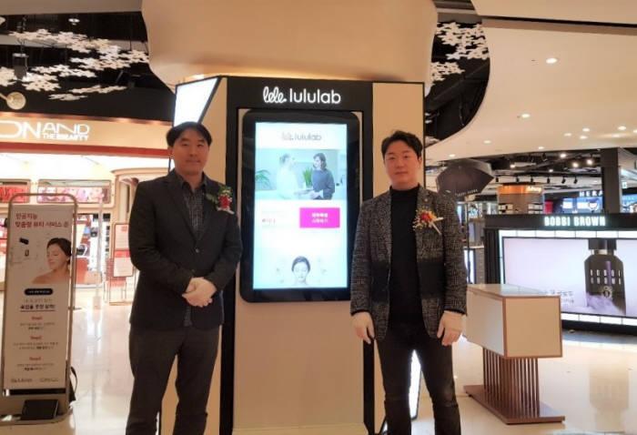최용준 룰루랩 대표(오른쪽)가 롯데 에비뉴엘 잠실점에 인공지능 뷰티 스토어를 오픈한 후 기념촬영했다.