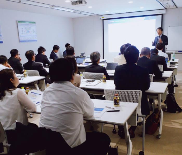 이수용 지티원 대표가 일본 파트너사 관계자에게 체인지마이너 9.1을 소개하고 있다.