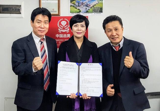 정상국 스마트뷰티 이사와 박수민 GSM코리아 대표, 김관식 GSM코리아 회장(왼쪽부터)이 중국 추소시스템 계약을 체결했다.