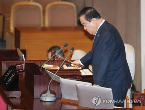 문희상 국회의장이 19일 제371회 국회 11차 본회의 개의를 알리는 의사봉을 두드리고 있다. 연합뉴스