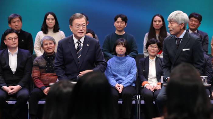 문재인 대통령이 19일 저녁 8시부터 100분동안 서울 상암동 MBC미디어센터 공개홀에서 열린 국민과의 대화에서 국민들의 질문에 답하고 있다. 사진:연합뉴스