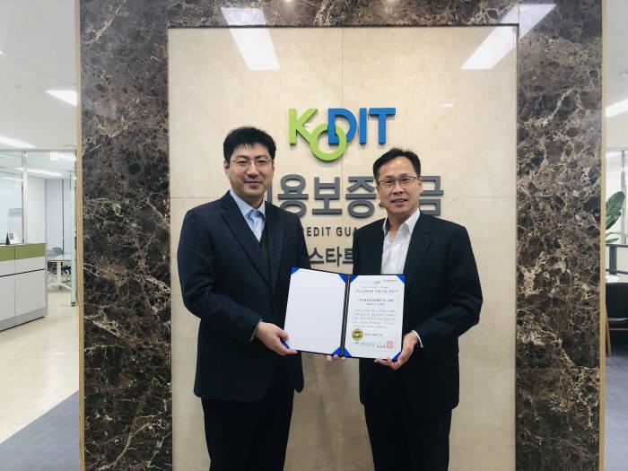김창구 클로봇 대표(좌), 차재성 신용보증기금 경기스타트업지점장(우)