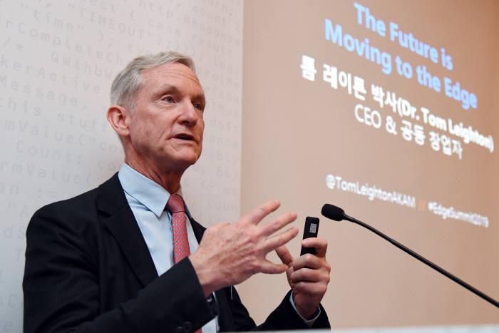 톰 레이튼 아카마이 공동설립자 겸 최고경영자(CEO)가 20일 오전 서울 여의도 콘래드호텔에서 5세대(5G) 이동통신 시대 에지 중요성에 관해 발표하고 있다. 아카마이코리아 제공