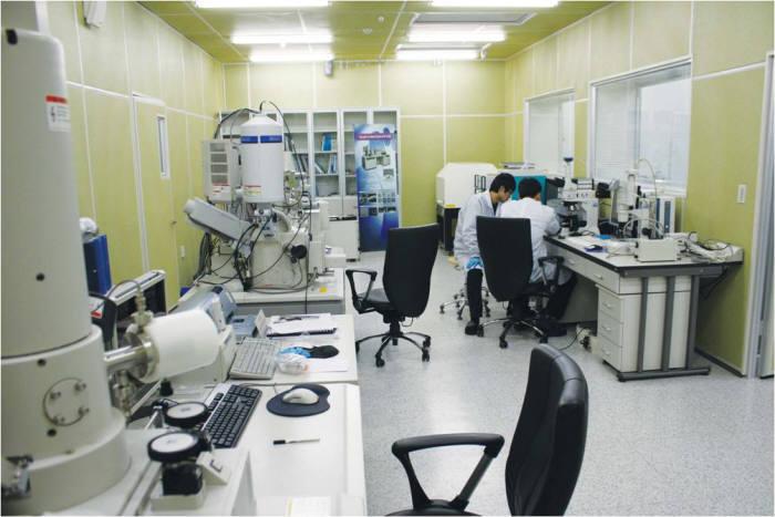 주사전자현미경을 활용해 LED제조용 플라즈마 식각장비 식각성능을 분석 평가하는 모습