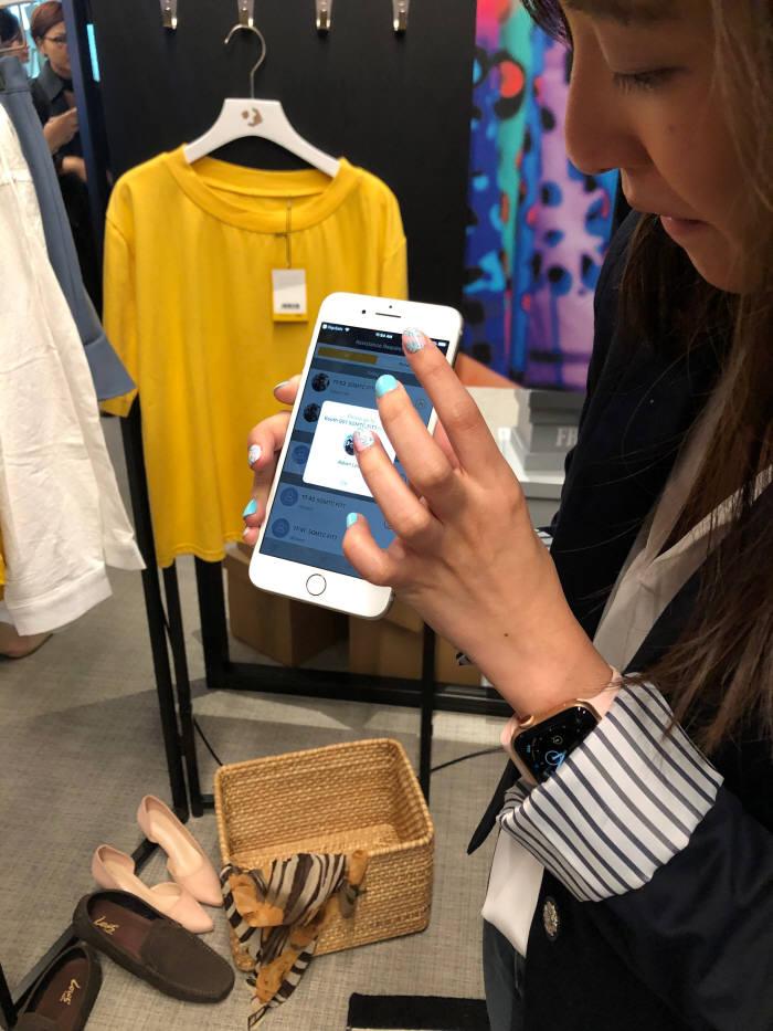 스마트미러를 이용해 원하는 옷을 선택하고, 사이즈 재고를 확인하고 착용 후 구매까지 한자리에서 끝낸다.