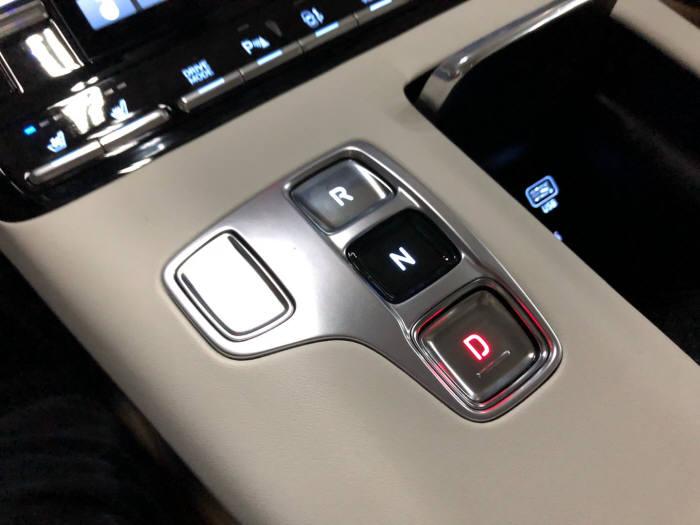 현대자동차 더 뉴 그랜저 전자식 변속기. / 정치연 기자