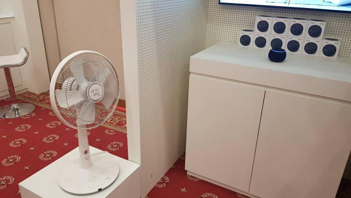 갤럭시 홈 미니를 활용해 인터넷 연결 기능이 없는 오래된 선풍기도 음성으로 제어할 수 있다.