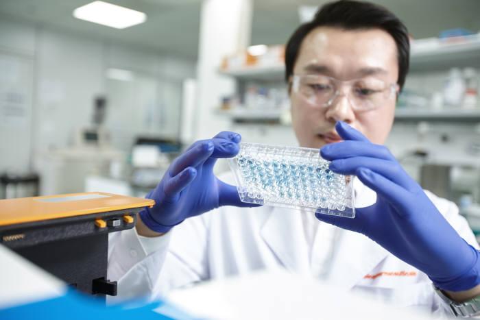 SK바이오팜 연구진이 신약 연구를 하고 있다.