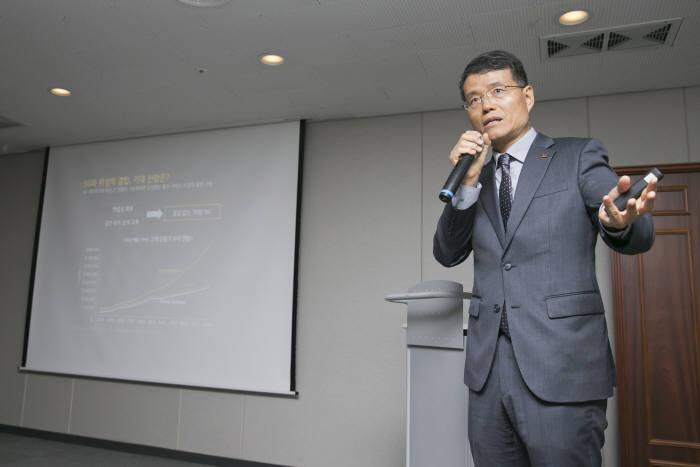 양상진 KT SAT 기술협력TF 본부장이 위성 5G 기술을 소개하고 있다.