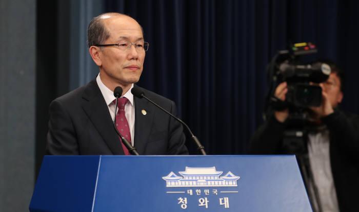 김유근 국가안보실 1차장이 22일 오후 청와대에서 한일 군사정보보호협정(GSOMIA·지소미아) 종료 연기를 발표하고 있다. 연합뉴스