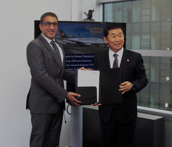 한국폴리텍대학은 19일(현지시간) 독일 루프트한자 기술교육 그룹(LTT)과 MRO 인력 양성을 위한 업무협약을 체결했다. LTT CEO Mr. Rubin Siddique(왼쪽)와, 이석행 폴리텍대학 이사장이 협약서를 들어보였다. [자료:한국폴리텍대학]