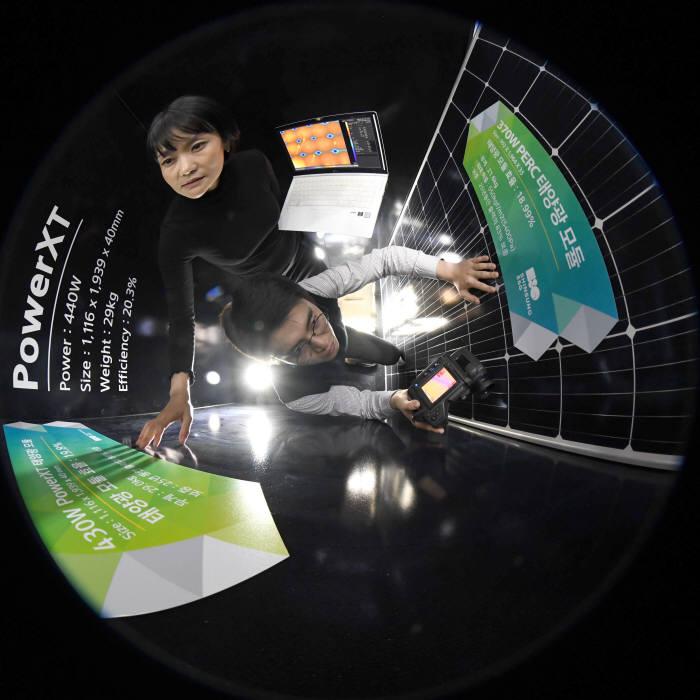 경기도 성남시 신성이엔지 연구원이 전기 효율을 기존 제품 대비 약 2배 높인 430W급 및 360W급 태양광 모듈 개발에 땀을 흘리고 있다. 성남= 김동욱기자 gphoto@etnews.com