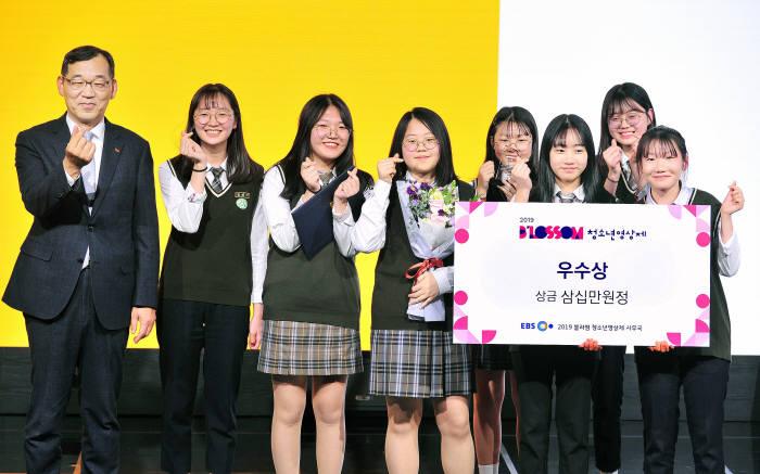 윤원영 SK브로드밴드 운영총괄(왼쪽)이 2019 블러썸(Blossom) 청소년 영상제 수상 청소년들과 손하트를 그려보이고 있다.
