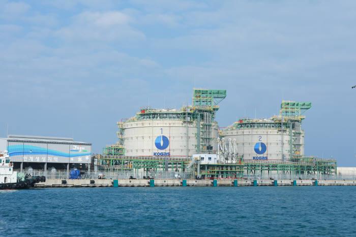 제주 천연가스 생산기지에 4만5000㎘ 저장탱크 2기가 설치돼 있다. 1기당 제주도에 1년치 천연가스를 공급할 수 있는 저장량을 갖추고 있다.