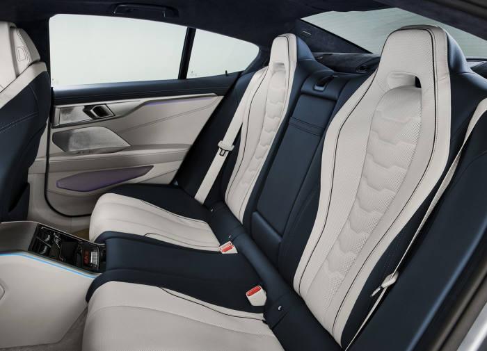 BMW 뉴 8시리즈 뒷좌석.