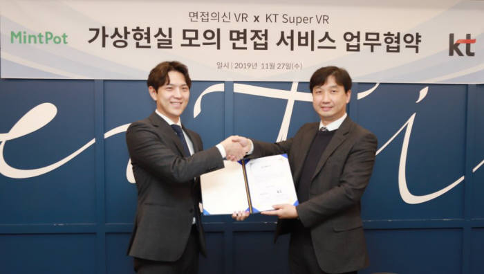 고범준 민트팟 대표(왼쪽)와 박정호 KT IM사업담당 상무가.