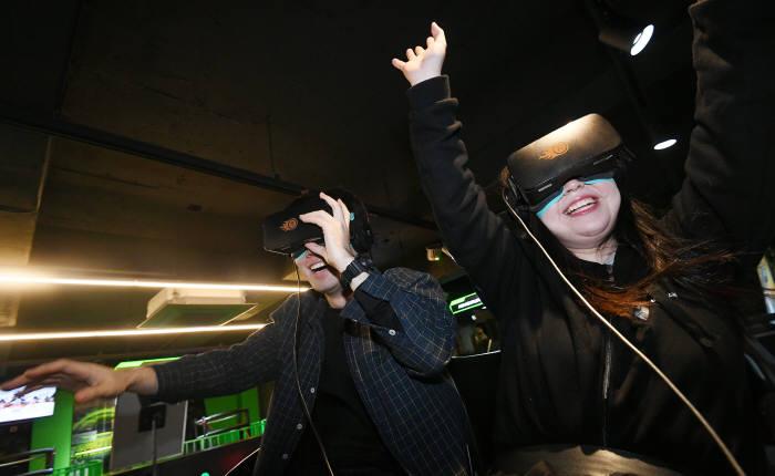 쌀쌀해진 날씨에는 실내에서 VR로