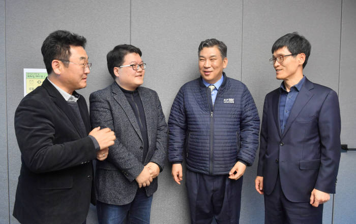 제로페이 좌담회가 28일 서울 영등포구 웹케시 본사에서 열렸다. 참석자들이 제로페이 4차산업 핵심 인프라 육성방안에 대해 논의하고 있다. 박지호기자 jihopress@etnews.com