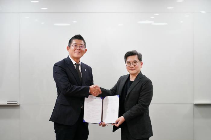 김현진 11번가 커머스 센터장(오른쪽)과 이덕상 한국 코카-콜라 상무