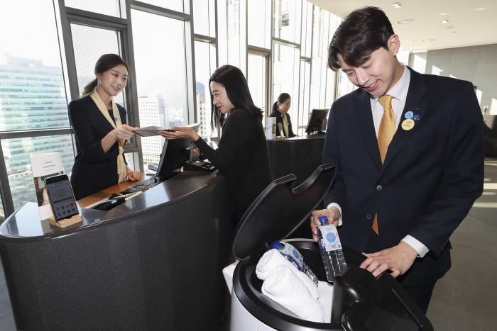 KT 'AI 호텔 로봇' 상용화···무인 배달서비스 개시