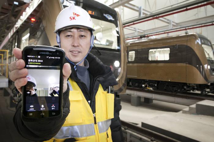 2019년 철도무선통합망(LTE-R) 사업이 SK텔레콤 전라선 사업 수주로 마무리됐다. 지난 2017년 LTE-R을 구축한 김포도시철도에서 영상 통화를 시연하고 있는 SK텔레콤 직원의 모습.