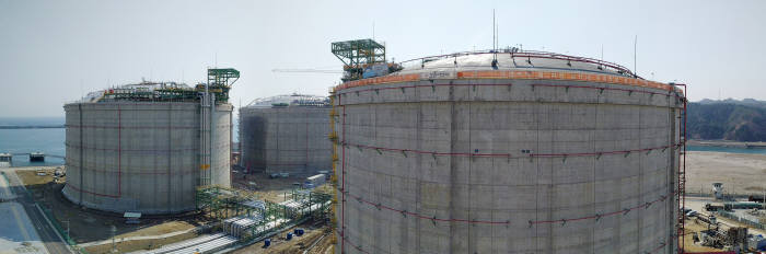 가스공사 삼척 LNG 생산기지의 27㎘급 저장탱크 3기 전경