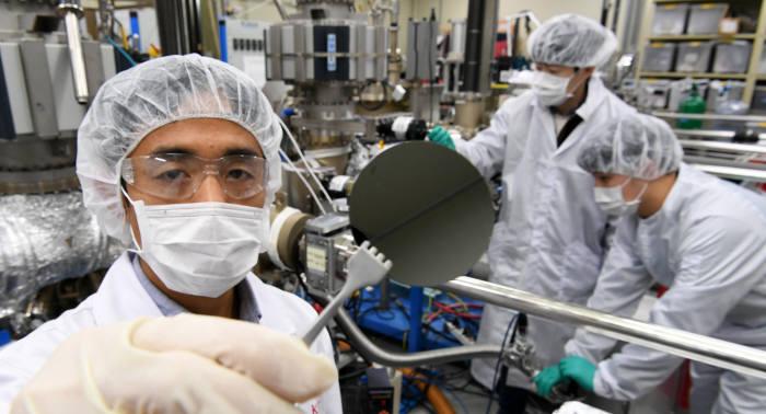 한국과학기술연구원(KIST) 차세대반도체연구소가 Ⅲ-Ⅴ족 화합물 반도체를 이용해 기존 실리콘 소자의 단점을 극복할 수 있는 차세대 반도체 소자를 국내 최초로 개발했다. 2일 서울 성북구 KIST 차세대반도체연구소에서 연구원들이 안티몬 Ⅲ-Ⅴ족 화합물 반도체 기판을 살펴보고 있다. 연구원이 Ⅲ-Ⅴ족 화합물 반도체를 이용한 센서 소자로 영상화 작업을 하고 있다. 이동근기자 foto@etnews.com