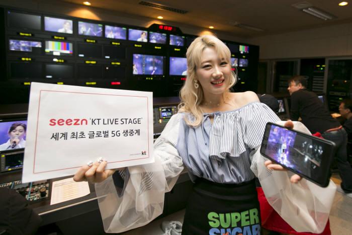 KT 라이브 스테이지에 출연한 가수 조하(JoHa)가 시즌을 통한 5G 생중계를 소개하고 있따.
