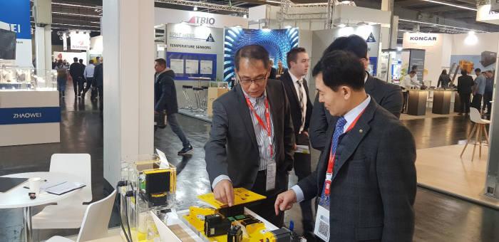 문전일 한국로봇산업진흥원장(오른쪽)이 한국 로봇공동관 참여기업으로부터 설명을 듣고 있다.