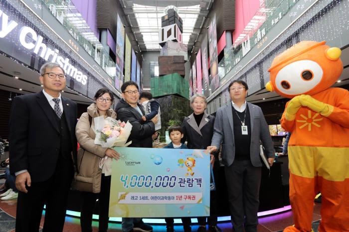 국립광주과학관은 11월 30일 400만번째 관람객을 맞아 기념행사를 개최했다.