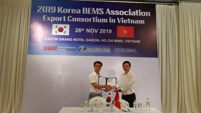 이효덕 씨지라이팅 대표(왼쪽)가 니엔 푸 후황(Nghiem Phu Hoang) 유로어플라이언스 대표와 50만달러 규모 수출계약 양해각서(MOU)를 교환하고 있다.