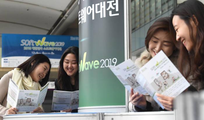 250여개 기업·기관 참여한 국내 최대 SW전시회인 소프트웨이브2019가 4일 서울 삼성동 코엑스에서 개막해 6일까지 인공지능, 클라우드, 블록체인 등 최첨단 정보통신기술(ICT)을 선보인다. 개막 하루전인 3일 관계자가 팸플릿을 보며 전시상황을 체크하고 있다. 김동욱기자 gphoto@etnews.com