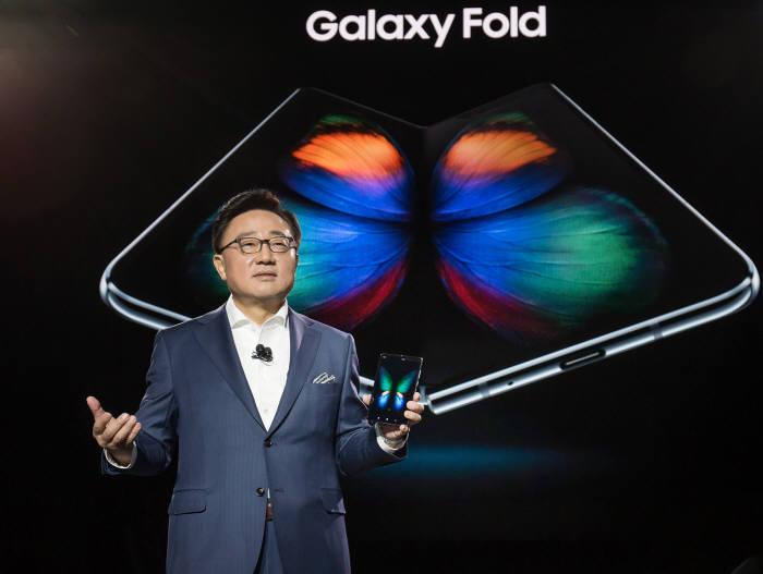 고동진 삼성전자 IM부문장(사장)이 올초 열린 행사에서 폴더블폰 갤럭시 폴드를 소개하고 있는 모습.