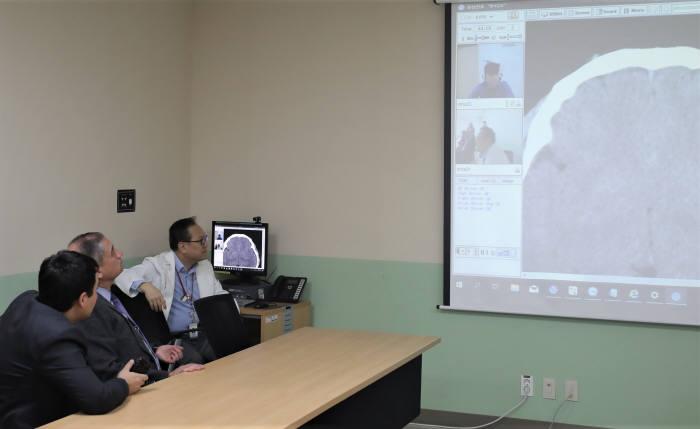 인하대병원 의료진이 우즈베키스탄 타슈켄트 국립의대 관계자에게 원격협진 시스템을 소개하고 있다.