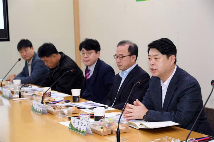 지난달 열린 토론회에서 이한규 성남시 부시장(맨 오른쪽)이 발언하고 있다.
