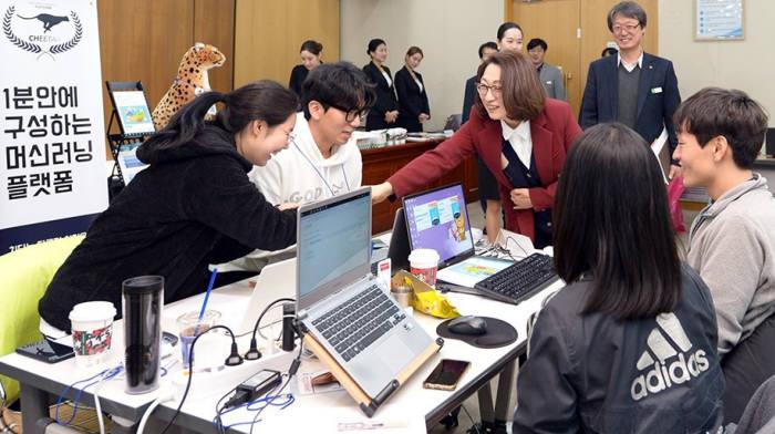 은수미 성남시장(왼족 세 번째)이 공공빅데이터 오픈 이노베이션 챌린지 참가자들과 인사를 나누고 있다.