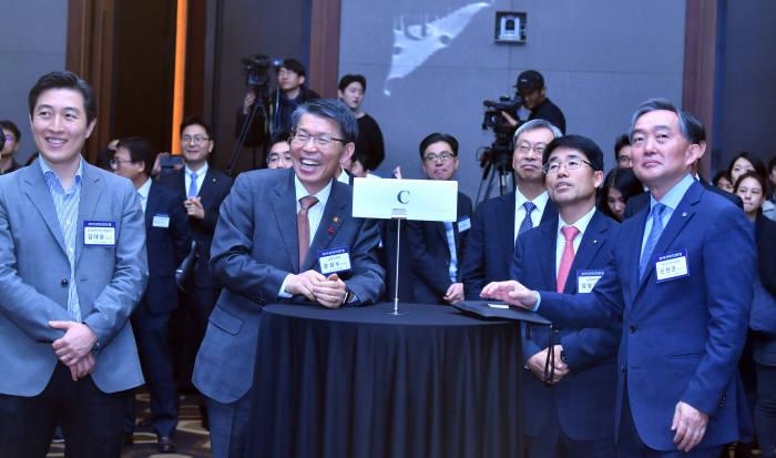 2019 핀테크인의 밤 행사가 4일 서울 여의도 콘레드서울에서 열렸다. 은성수 금융위원장이 참석해 핀테크기업 대표·관계자들과 인사하며 이야기를 나누고 있다. 박지호기자 jihopress@etnews.com