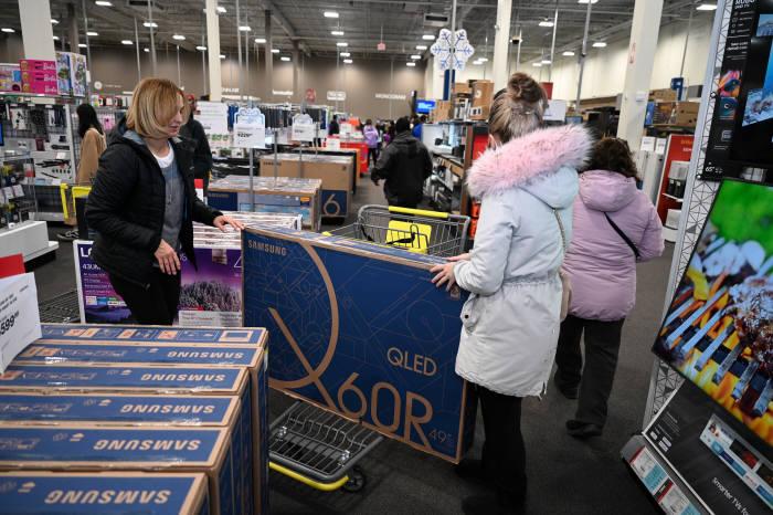 최근 미국 최대 쇼핑 시즌인 블랙프라이데이에서 뉴저지 베스트바이 매장을 찾은 소비자들이 삼성 TV를 구매하고 있다.