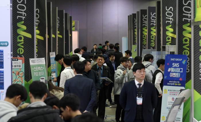 국내 최대 규모 SW전문 전시회 소프트웨이브 2019가 4일부터 사흘간의 일정으로 서울 강남구 코엑스에서 열렸다. 관람객으로 행사장이 붐비고 있다. 이동근기자 foto@etnews.com