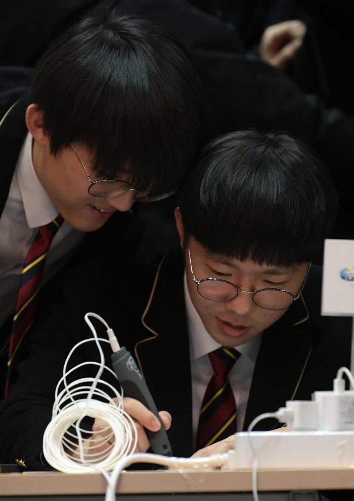 학생들이 3D펜 체험을 하고 있다. 이동근기자 foto@etnews.com
