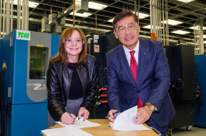 LG화학 신학철 부회장(사진 오른쪽)이 5일(현지시간) 미국 미시간주 GM 글로벌테크센터에서 메리 배라 GM 회장과 함께 배터리셀 합작 법인 설립 계약서에 서명하고 있다. (사진=LG화학)