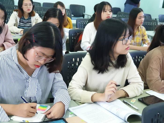 국립 호치민대 인문사회과학대학 한국학부 4학년 학생들이 스마트교실에서 한국어를 공부하고 있다. 모두 한국과 관련된 일을 하거나 한국유학을 꿈꾼다. 한국학부 졸업 학생들의 취업 또는 진학률은 100%다.