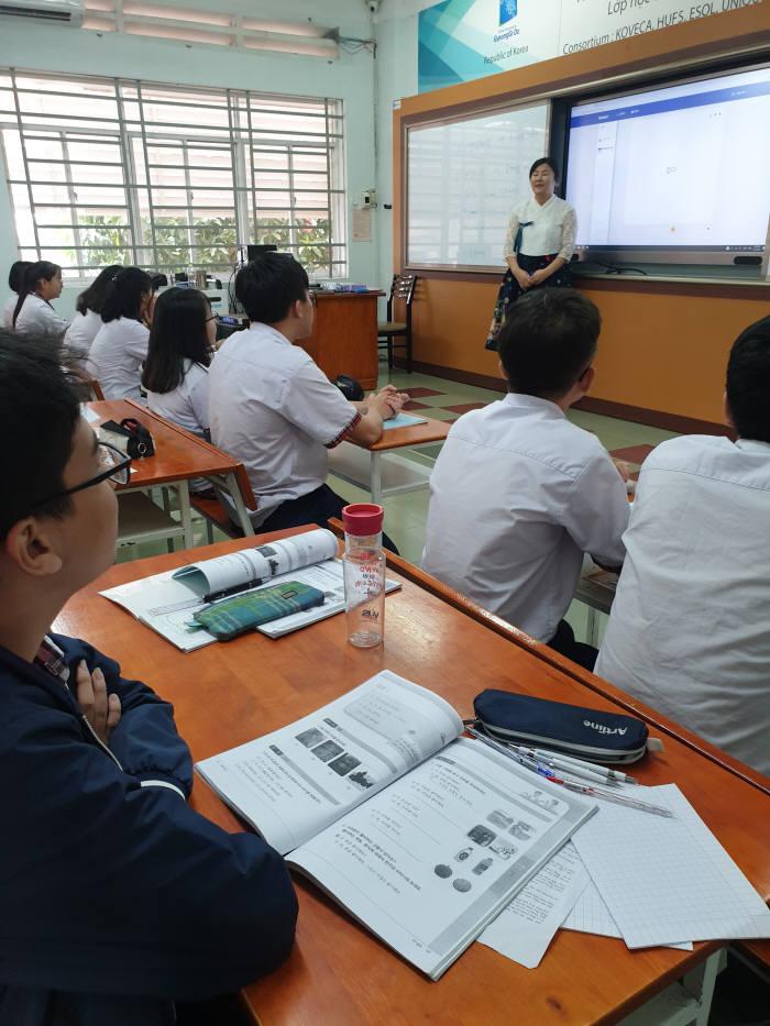 투득고의 한국어 수업. 이 고등학교는 한국어를 2017년부터 선택과목으로 운영 중이다. K-POP의 인기만큼 한국어 인기도 높다.