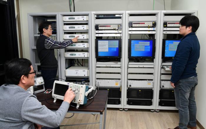 표준연 시간표준센터 연구진이 국가표준시보 신호생성기를 점검하는 모습.