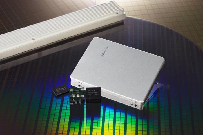 SK하이닉스 128단 1Tb TLC 낸드플래시와 개발 중인 솔루션 제품. <사진=SK하이닉스>