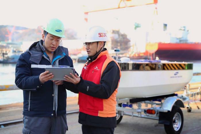 엔지니어들이 거제조선소 인근에서 자율운항 중인 모형선박을 모니터링하고 있는 모습