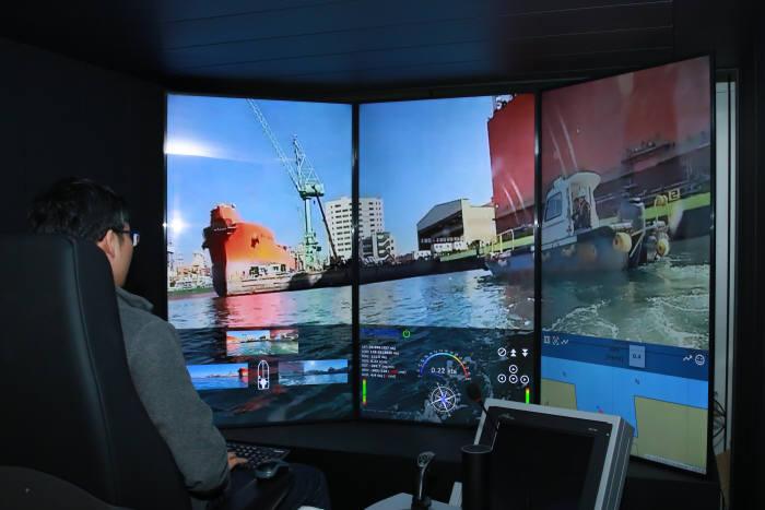 엔지니어가 대전에 위치한 원격제어센터에서 거제조선소 인근 해역을 자율운항 중인 모형선박을 모니터링하고 있는 모습