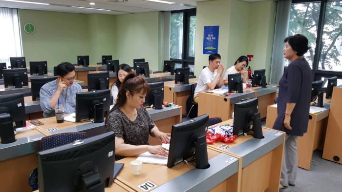 영진사이버대 컴퓨터정보통신학과에 재학중인 학생들이 이 대학 서울학습관에서 일본어 오프라인 수업에 참여한 모습